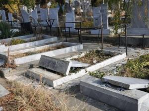 Мъртвопиян младеж влетя с колата си в гробище и помете 4 паметника