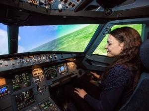 Студентка от Пловдив се готви да управлява самолет Боинг СНИМКИ