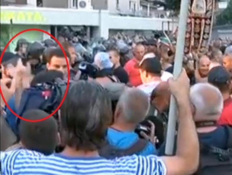 Кой посяга пръв - Перата или оператора, ВИДЕО от протеста може би дава отговор