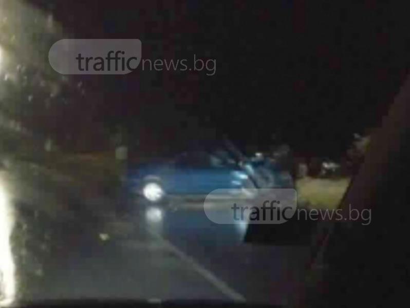 Фолксваген се удари в паркирана кола и стълб край Карлово СНИМКА