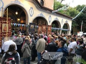 Стотици посрещнаха чудотворната икона на Света Богодорица Всецарица СНИМКИ И ВИДЕО