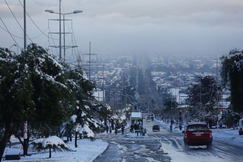 Невиждан от десетилетия сняг натрупа в столицата на Чили