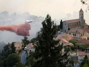 Пожари бушуват край Ница и Рим
