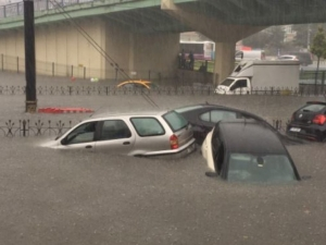 Проливни дъждове наводниха Истанбул, улиците се превърнаха в реки
