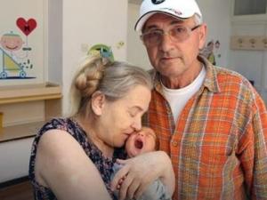 60-годишна жена роди първото си дете, мъжът й я изостави