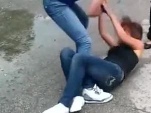 Девойки се млатят в Пловдив, други плячкосват червила от мола