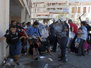 Масово меле между полиция и мигранти на гръцки остров