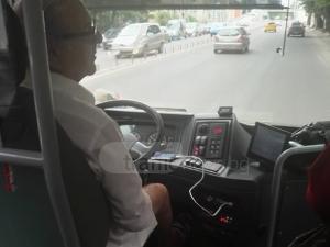 Шабан и Миле Китич ехтят в пловдивски автобус, шофьорът им приглася ВИДЕО