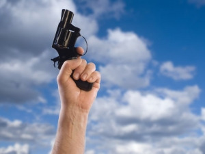 """Бивш военен стреля по английски туристи край """"Слънчев бряг"""""""