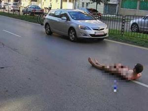 Чисто гол мъж легна в средата на столичен булевард СНИМКИ