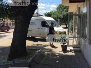 2 в 1: Бус блокира тротоар и улица само с една маневра