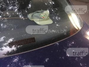 БМВ с полицейска фуражка се паркира на цял тротоар в Кършияка СНИМКИ