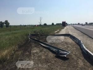 Катастрофа край Пловдив! Кола се заби в мантинела на магистралата, прекатури се в насрещното