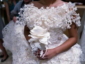 Сватбени рокли от тоалетна хартия събраха погледите в Ню Йорк СНИМКИ