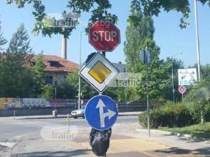 """Мистерия на пловдивско кръстовище! Знак """"Стоп"""" и """"Път с предимство"""" шашка шофьорите СНИМКА"""