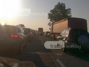 Лодка хвърча по магистралата в мелето край Пловдив, ударила се във форд СНИМКА