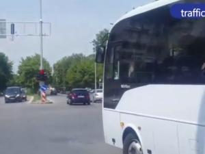 Светофарите не важат за този шофьор на автобус в Пловдив ВИДЕО