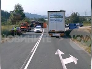 Два камиона се врязаха в лека кола, двама загинаха ВИДЕО