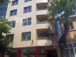 Мъж се барикадира в офис сграда в Кършияка, размахва мачете СНИМКИ