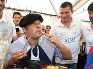 """Френски кмет изяде плъх, след като подцени """"Барса"""" СНИМКА"""