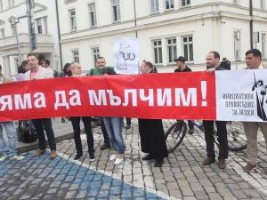"""Плакати """"Правосъдие, а не суджуци"""" и """"Няма да мълчим"""" посрещнаха депутатите"""