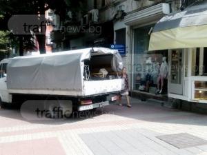 Миячите на Главната паркираха пред магазини и изчезнаха СНИМКИ