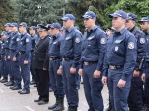 Отпуснаха пари за униформи на полицаите