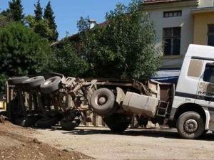 Камион се катурна в центъра на Септември СНИМКИ