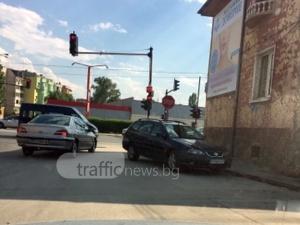 """Кандидат за титлата """"Наглец отличник"""" паркира в насрещното пред светофар СНИМКИ"""