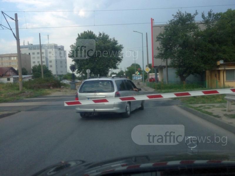 С риск за живота си: Шофьор мина през прелез в Пловдив секунди преди влака СНИМКИ