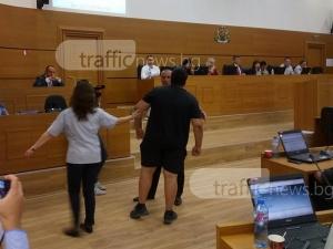 Скандал в пловдивския парламент! Охраната изведе таксиметрови босове ВИДЕО