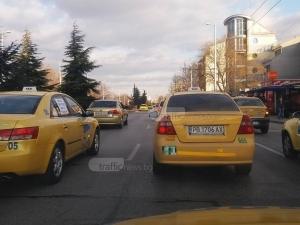 Такситата в Пловдив остават евтини! Превозвачи смятат, че трябва да карат на 1,30 лв./км СНИМКИ