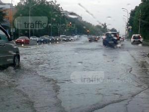 Порой превърна улиците на Бургас в реки! Ще им върви ли на Ботев по вода СНИМКИ