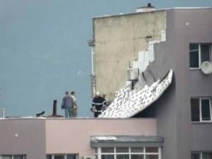 Бурята съблече фасада: саниран блок остана по... панел