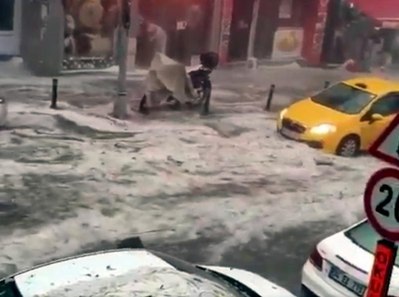 Градушка и пороен дъжд се изсипаха в Истанбул, има ранени