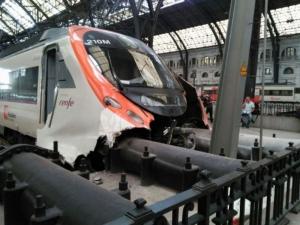 Влак катастрофира в Барселона, 48 са ранени СНИМКИ