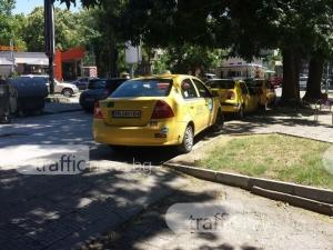 Таксита блокират тротоар под носа на второ РПУ СНИМКИ