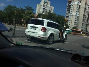 Шофьор на Мерцедес спря на пешеходна пътека и преби двама ученици