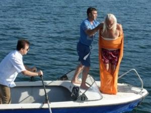 За първи път в света! Човека амфибия преплува Дунав опакован в чувал