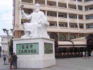 Какво пише за българите в учебниците в Македония?