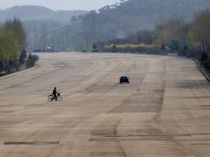 Магистралите в Северна Корея - като летища, но без автомобили СНИМКИ