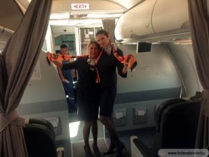 Ботев отпътува с подаръци - шалчета и знамена в самолета