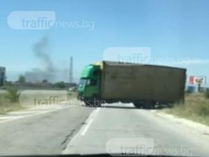 Опасна маневра край Пловдив! Камион обръща насред пътя, навлиза в насрещното ВИДЕО