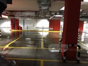 Спукана тръба на канализацията наводни паркинга на мол Пловдив СНИМКИ