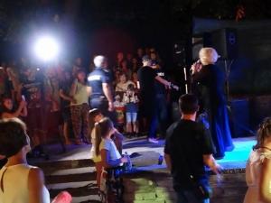 Полиция нахлу на концерт на Силвия Кацарова, арестува диджея