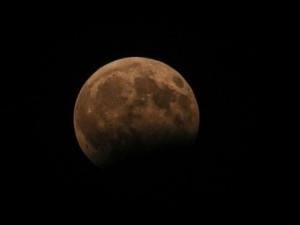 Стотици българи наблюдаваха частичното лунно затъмнение