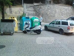 Дежа вю! Пъстроцветни кофи за смет кацнаха на пешеходна пътека в центъра на Пловдив СНИМКА