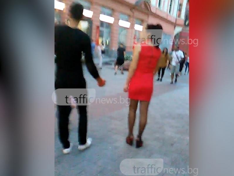 Доминантът и неговата жена на каишка тръгнаха по Главната в Пловдив ВИДЕО