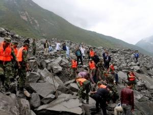 След опустошителното земетресение, свлачище уби десетки души в Китай