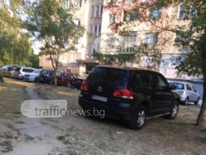 Възмутен пловдивчанин: Тарикат с лъскав джип паркира насред тревата СНИМКИ